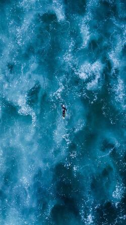 蔚蓝大海泳池游泳的人手机壁纸